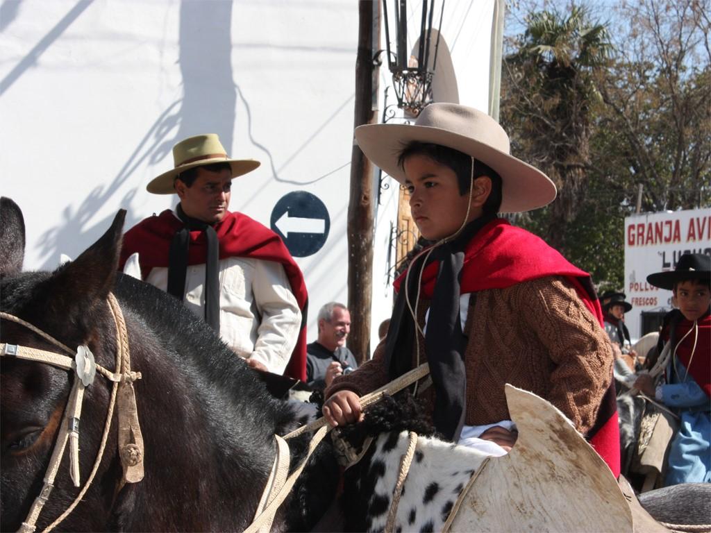 Défilé de gauchos avec leurs chevaux