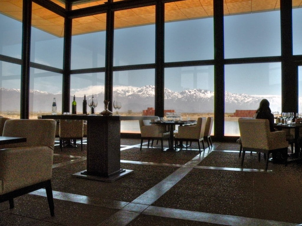 Degustación de vinos en Mendoza, frente a la Cordillera de los Andes