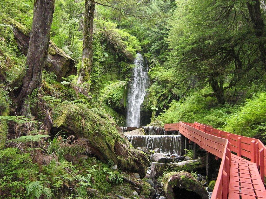 Eaux thermales géométriques de Villarrica au Chili