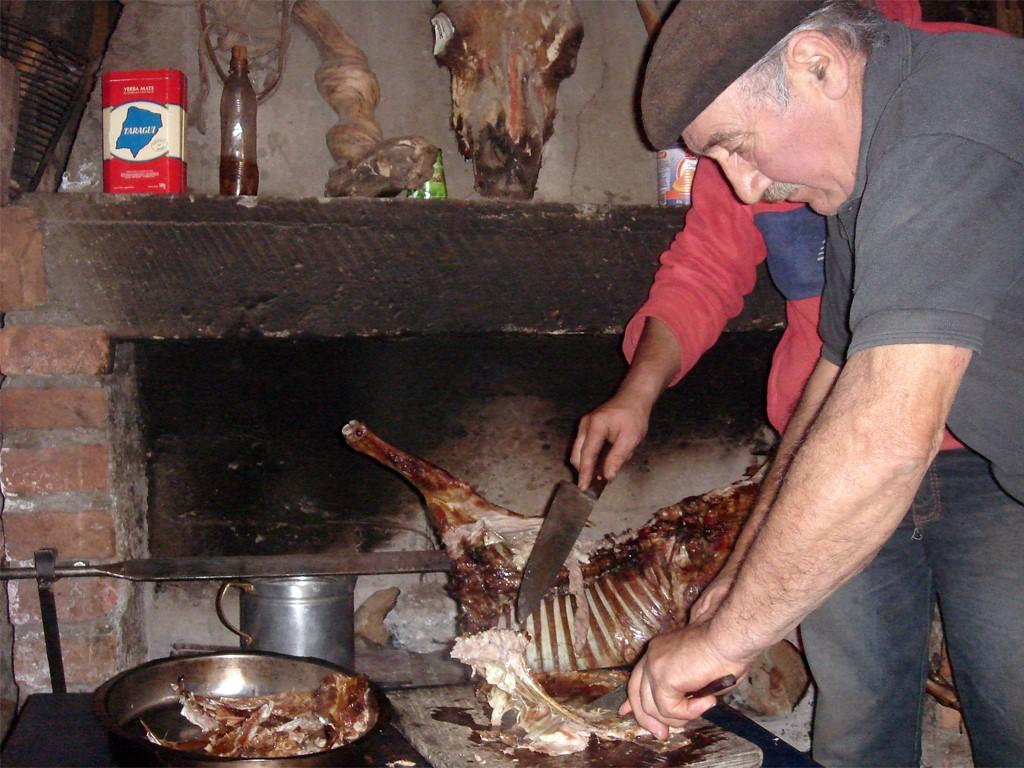 Le gaucho préparant un asado cordero