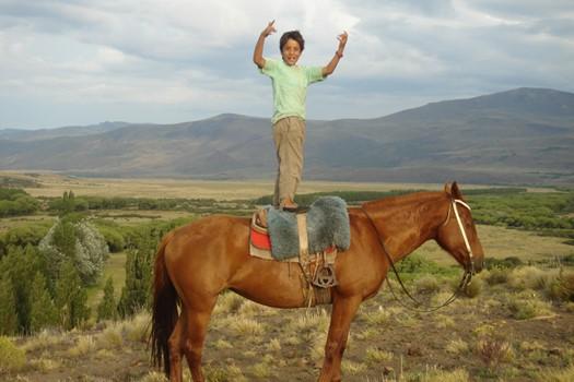 Enzo petit gaucho de Patagonie sur son cheval