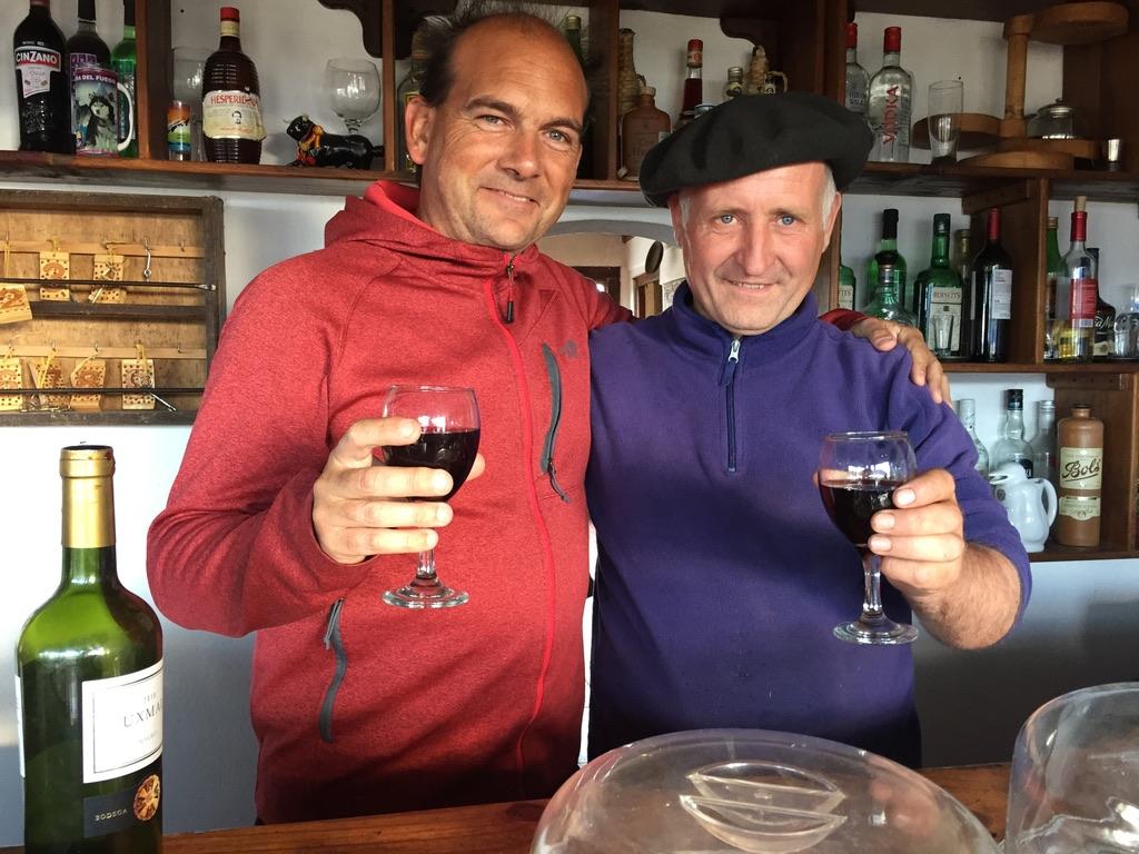 Esteban Echeverría et Boris Choquet partagent un moment avec un verre de vin