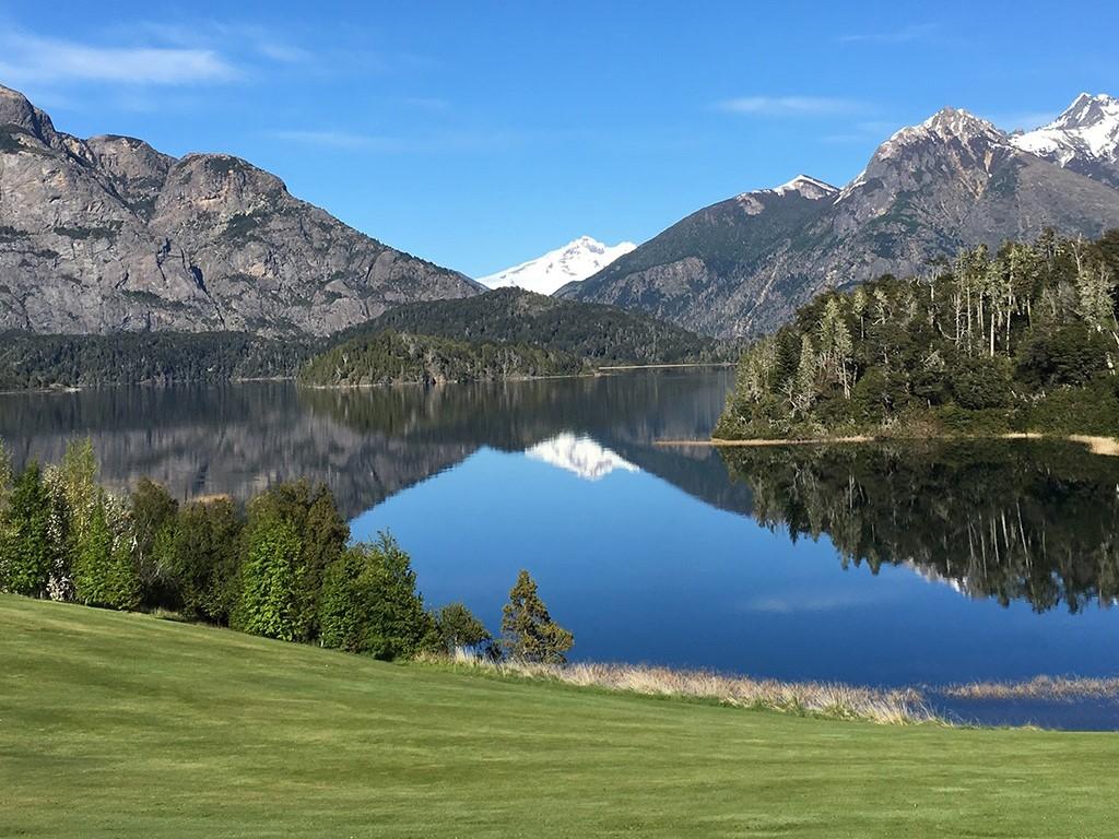 Golf Arelauquen al borde del lago Gutiérrez