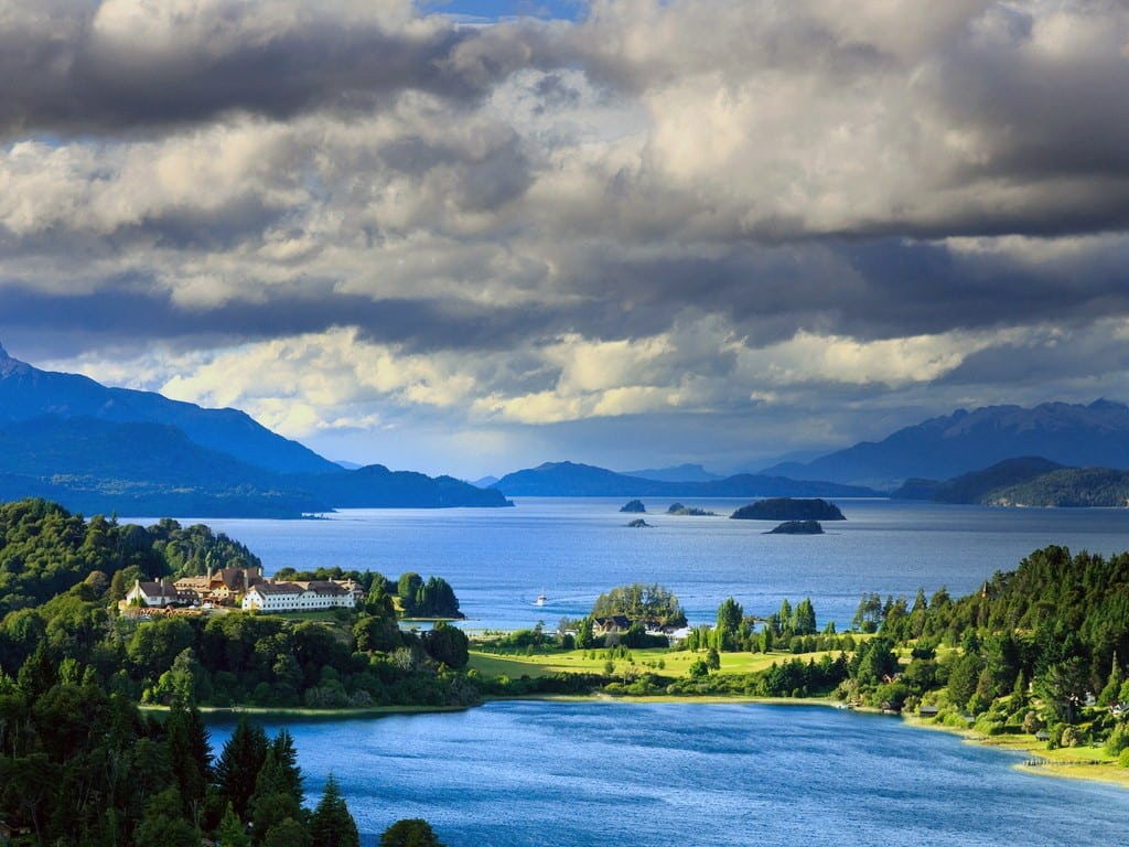 Golf rodeado de lagos en Bariloche, Patagonia