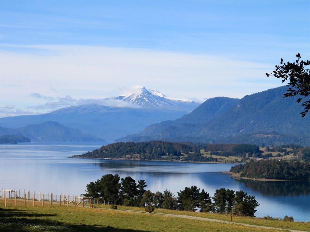 Lac Panguipulli et le volcan Quetrupillan