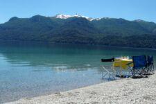 Al borde de un lago en la Patagonia