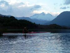 Kayak en el lago de la Patagonia