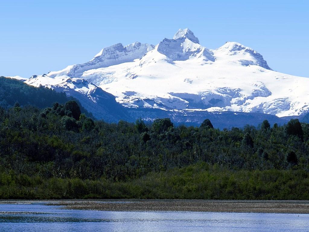 Vista del Monte Tronador desde el lago Fonck