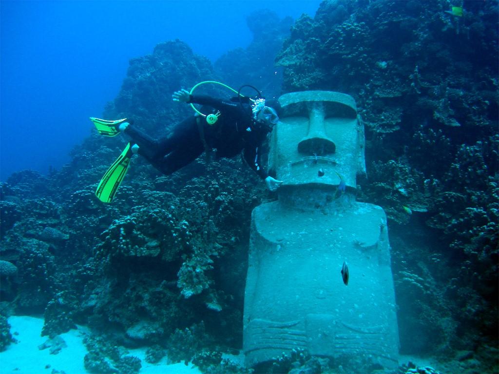 Observar los moais sumergidos de la Isla de Pascua