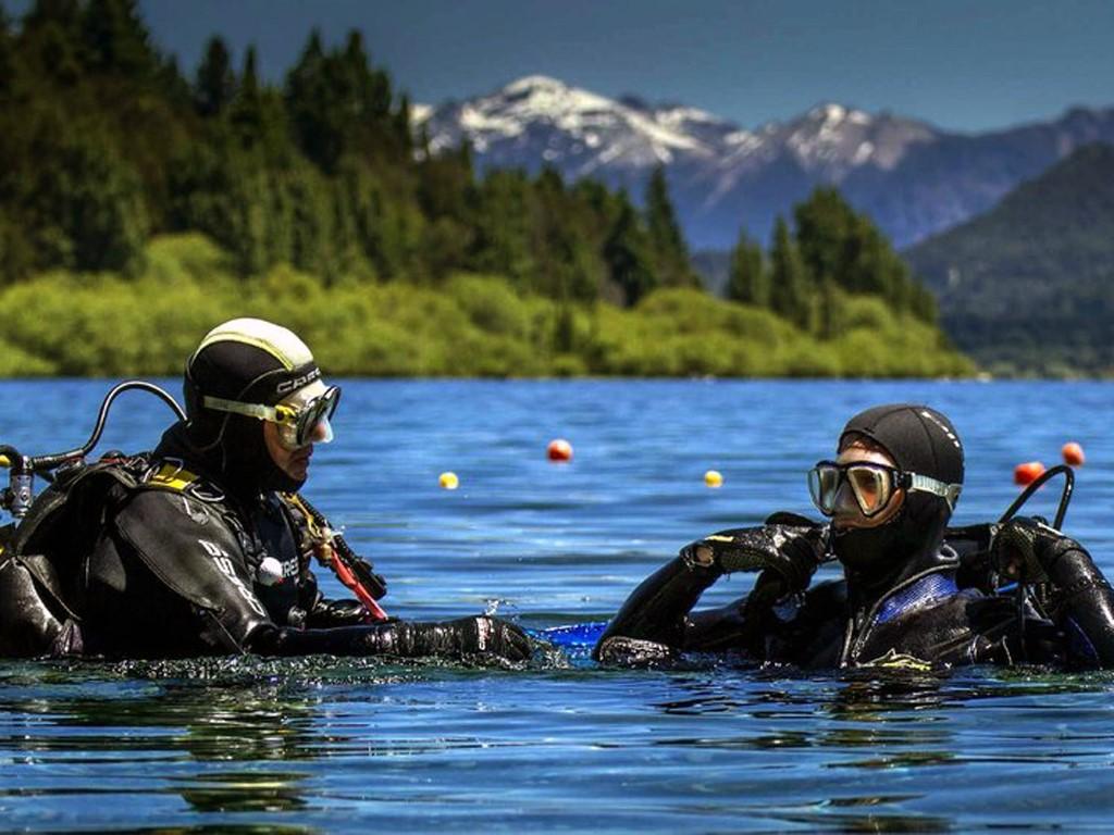Bucear en el lago Nahuel Huapi en la Patagonia