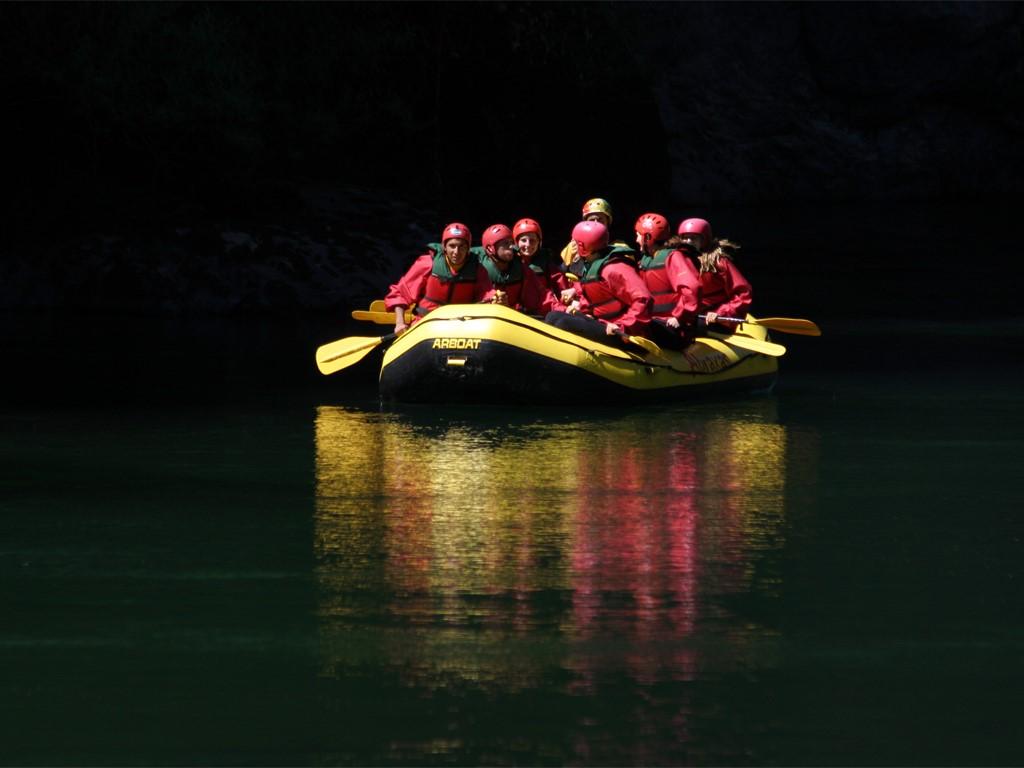 Rafting en las aguas del Río Aluminé en la Patagonia Norte Argentina