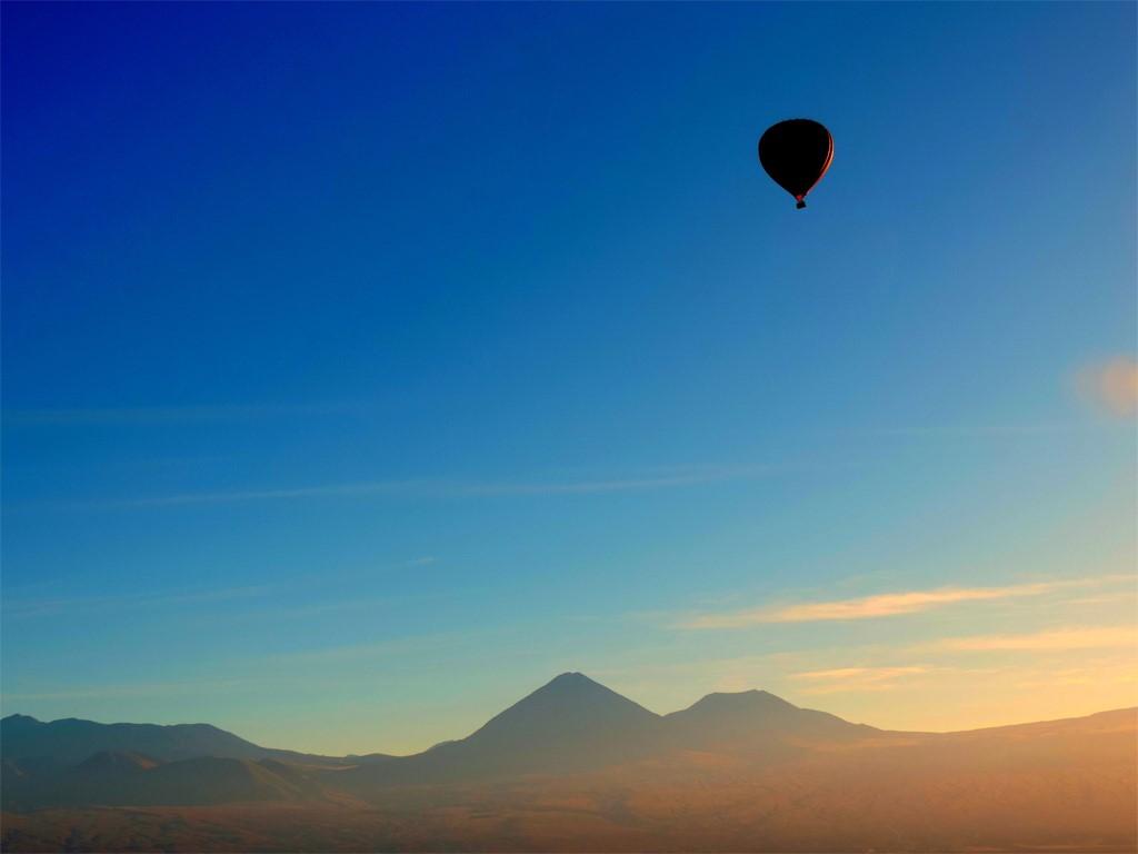 Survol en montgolfière du désert d'Atacama au Chili