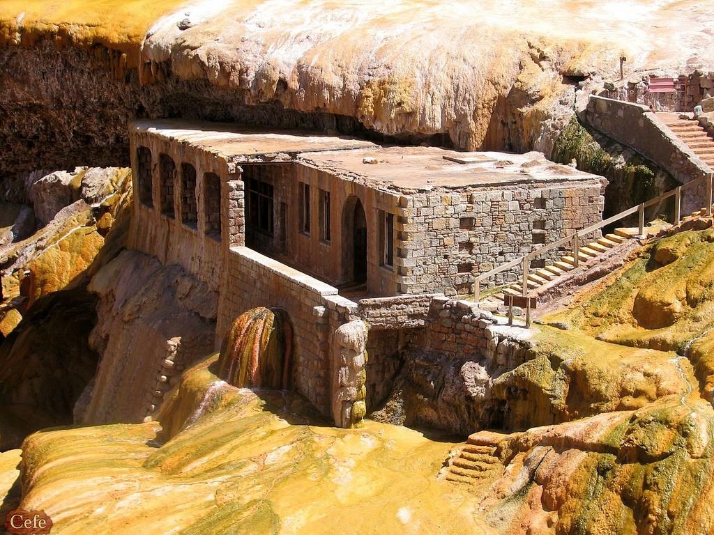 Ruines du Pont Inca pétrifiés en eaux thermales