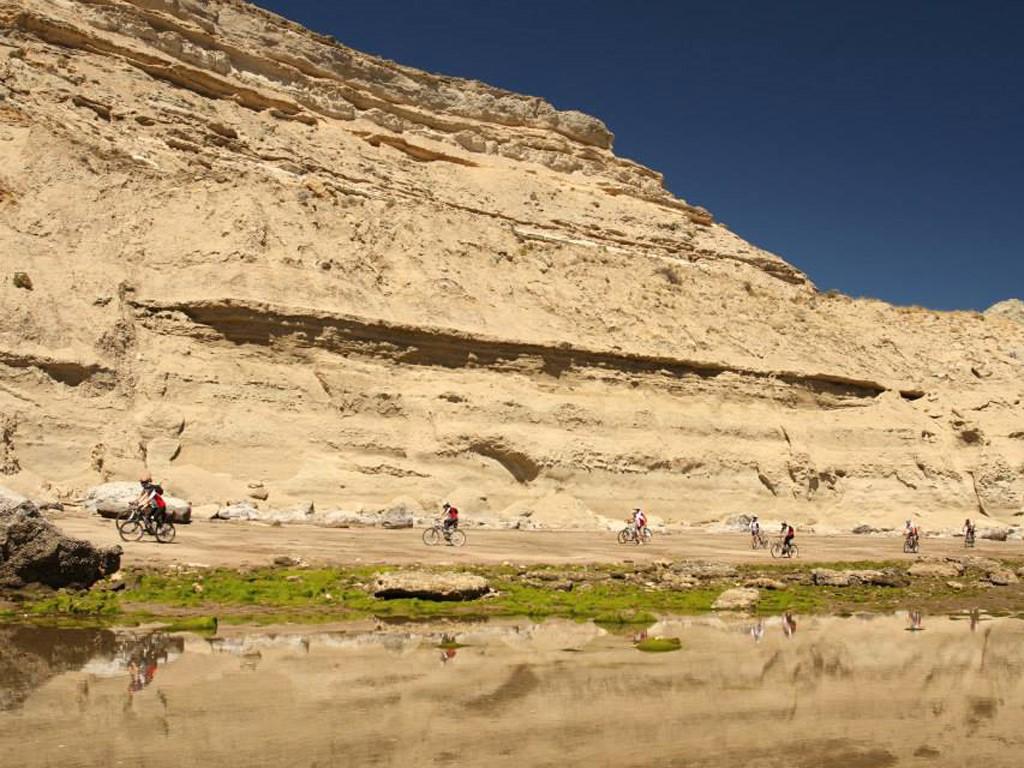 VTT au pied des dunes géantes sur la Péninsule Valdes