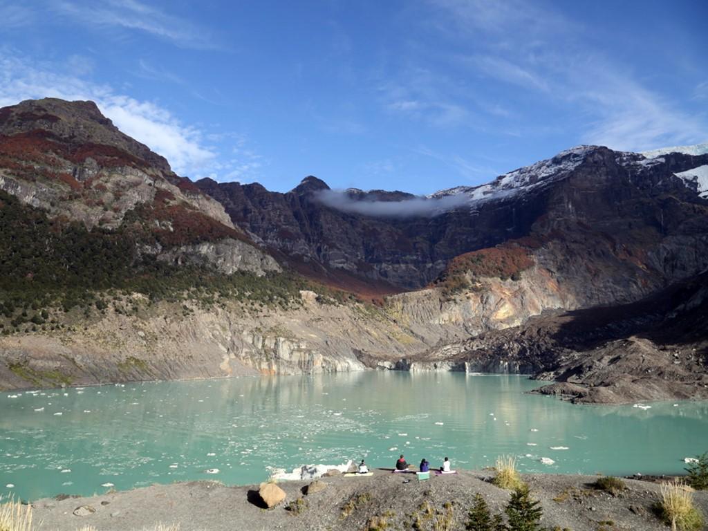 Yoga face au glacier Ventisquero Negro en Patagonie